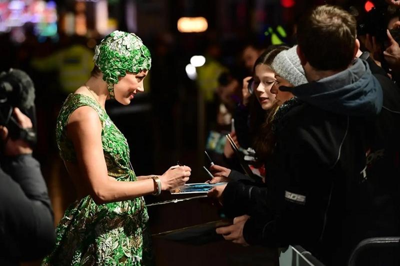 Cô thân thiện giao lưu với những fan hâm mộ có mặt tại buổi ra mắt phim ở London.