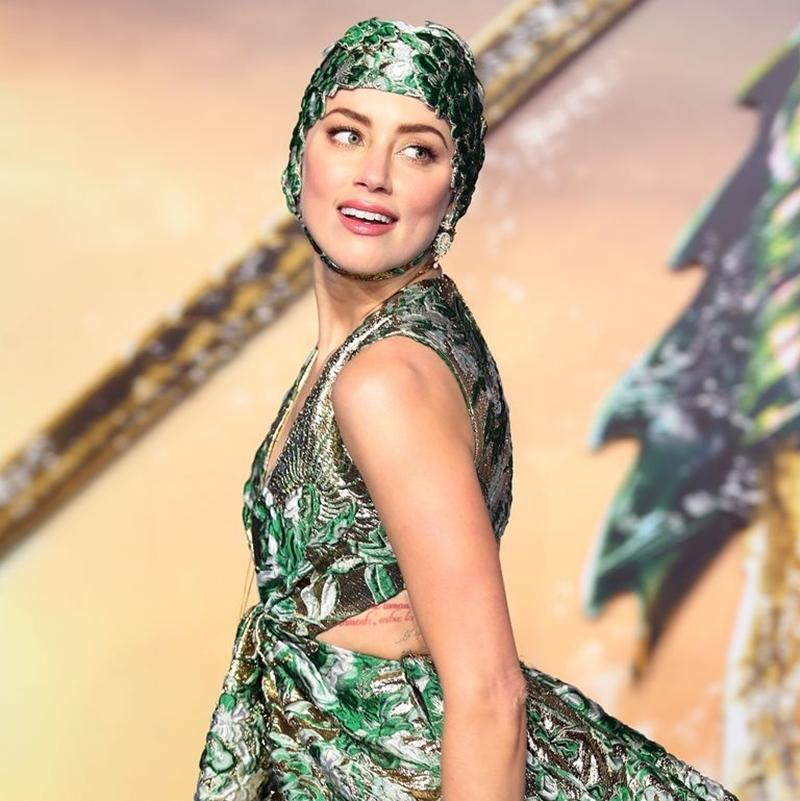 """Chiếc mũ đi cùng bộ đầm là phụ kiện vô cùng đắt giá, phù hợp với hình tượng nữ chiến binh Mera dưới đại dương của Amber Heard trong phim """"Aquaman""""."""