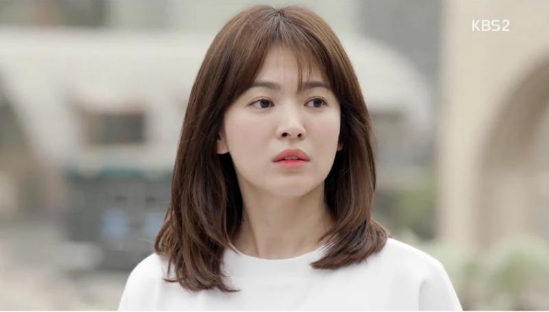 """Với vai diễn gần đây nhất, Song Hye Kyo cùng nhân vật bác sĩ Kang Mo Yeon đã tạo nên thành công chưa từng có của """"Hậu duệ mặt trời"""". Chuyện tình ngọt ngào giữa Song Hye Kyo và Song Joong Ki ở cả trong phim lẫn ngoài đời đều được khán giả yêu thích và ủng hộ mạnh mẽ."""