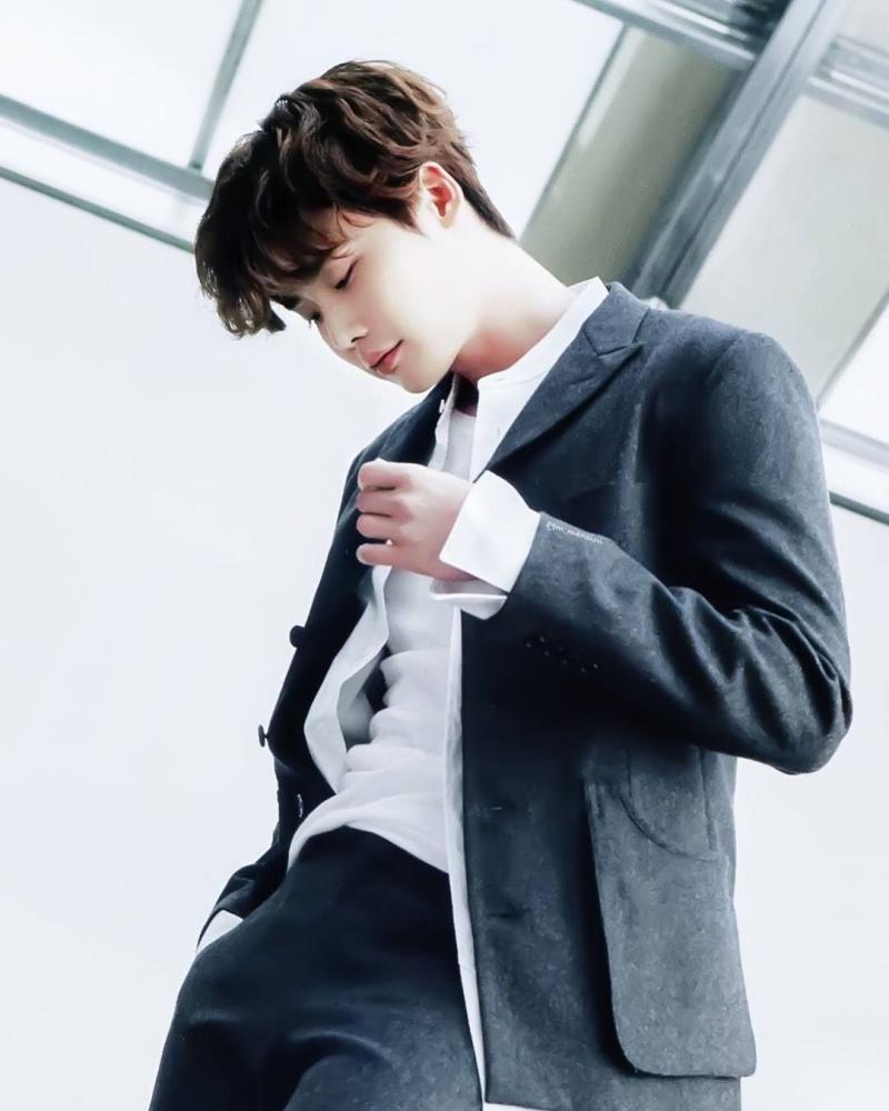 """Năm 2018, nam diễn viên sinh năm 1989 đã thể hiện bước tiến dài về khả năng diễn xuất, cũng như sự trưởng thành trong hình tượng khi vào vai Kim Woo Jin ở """"Hymn of Death""""."""