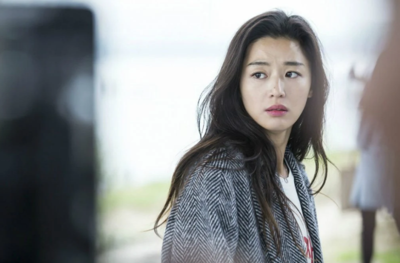 """Năm 2016, nữ diễn viên vẫn gây sốt với vai diễn Shim Cheong trong """"Huyền thoại biển xanh"""". Dù ở độ tuổi 35, """"tường thành nhan sắc"""" xứ sở kim chi tung hứng rất ngọt cùng đàn em Lee Min Ho và giữ nguyên nét diễn chân thật, đặc biệt không khác gì """"cô nàng ngổ ngáo"""" hay """"mợ chảnh Chul Song Yi""""."""