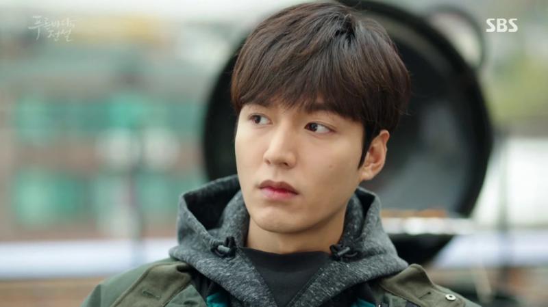 """13 năm sau, Lee Min Ho đã trở thành ngôi sao hạng A khi sánh vai cùng """"tường thành nhan sắc"""" Jun Ji Hyun trong phim truyền hình """"Huyền thoại biển xanh"""". Bộ phim với kinh phí khổng lồ, cùng với dàn diễn viên chất lượng không có tỉ suất người xem cao, nhưng vẫn góp phần củng cố tên tuổi cho ngôi sao """"Vườn sao băng""""."""