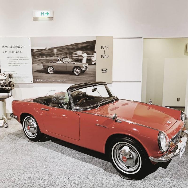 Trên tầng 2 thể hiện một kho tàng lịch sử về mẫu xe thương mại, một bên là xe môtô và bên còn lại là xe hơi.
