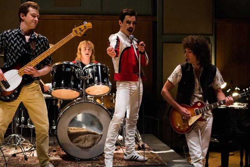 """""""Bohemian Rhapsody"""" gây ấn tượng mạnh mẽ vì xuyên suốt bộ phim là cuộc đời thăng trầm của nhóm nhạc Queen với cánh chim đầu đàn là thủ lĩnh Freddie Mercury."""