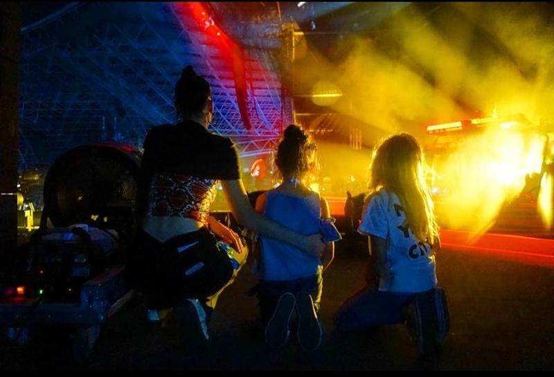 Bella cũng cùng em họ Reema và cháu gái Salma & Aya đến xem The Weeknd diễn vào buổi tối.