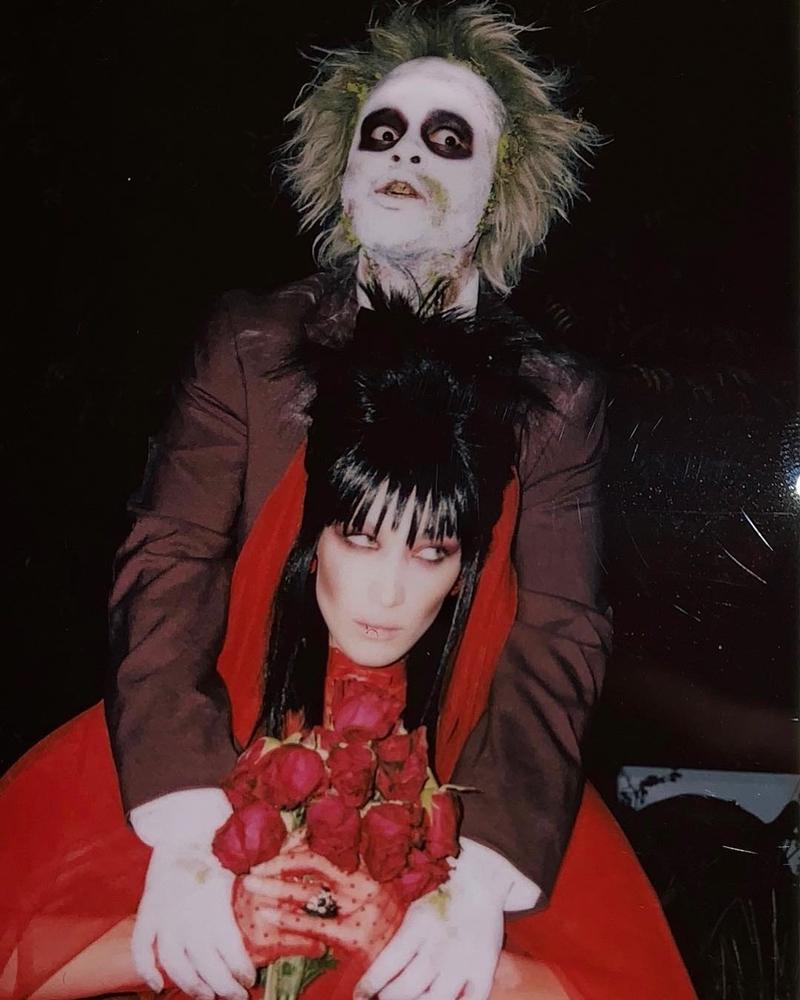 """Trong lễ hội Halloween diễn ra ngày 31/10 tại Anh, Bella Hadid và bạn trai The Weeknd đã có màn hóa trang khá ấn tượng thành hai nhân vật Lydia và Beetle Juice trong phim """"Beetle Juice"""" (Pháp sư trừ tà), ra mắt công chúng hồi năm 1988."""
