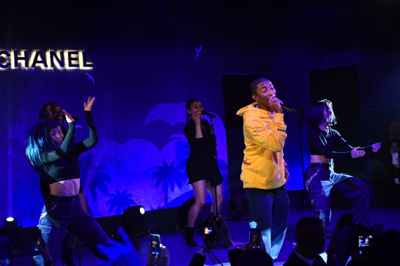 Pharrell Williams vừa là khách mời VIP tại sự kiện, vừa mang đến phần trình diễn vô cùng sôi động.