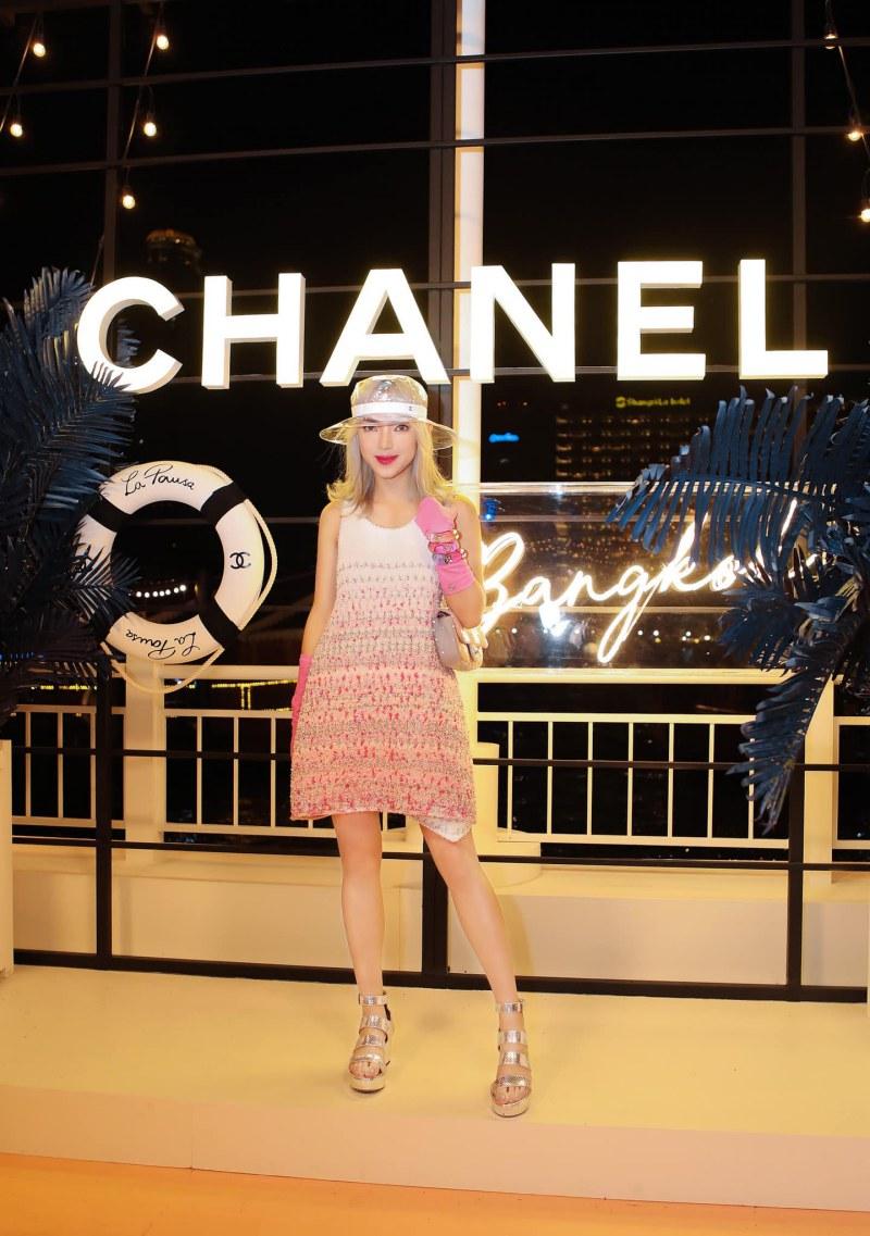 Châu Bùi mặc thiết kế đầm không tay của Chanel cùng túi xách đính sequin màu pastel xinh xắn.