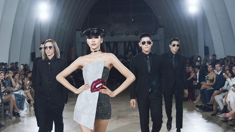 Á hậu Hoàng Thùy cùng dàn mẫu nam khép lại màn 1 của show diễn.