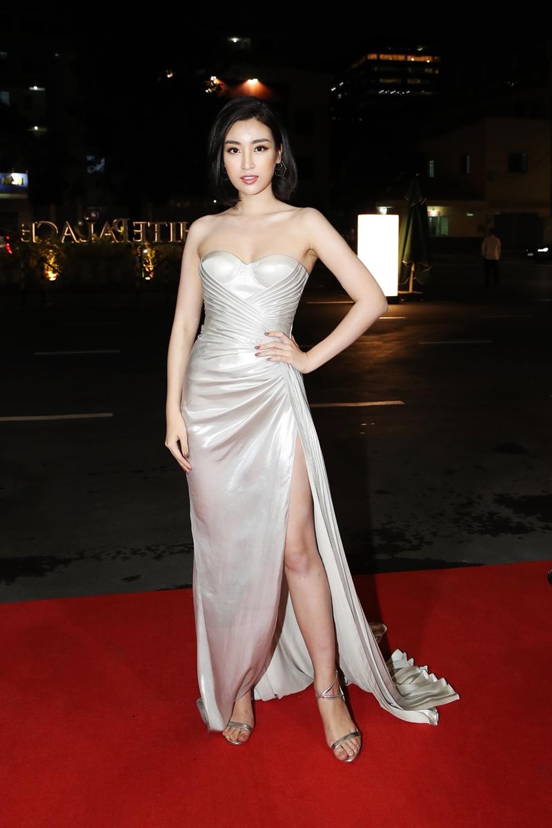Hoa hậu Đỗ Mỹ Linh diện một thiết kế đầm xẻ đùi cao gợi cảm, khoe đôi vai ngọc ngà. Mái tóc ngắn làm tôn lên vẻ đẹp của Hoa hậu Việt Nam 2016 khiến mọi người không ngừng ngắm nhìn.