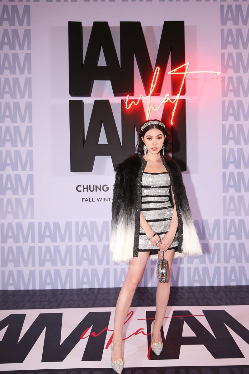 Hoa hậu Jolie Nguyễn khoác áo lông bên ngoài đầm bodycon tôn dáng. Cô tận dụng rất nhiều phụ kiện để tạo điểm nhấn cho tổng thể trang phục của mình.