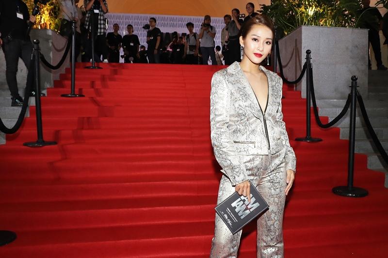 Ngoài ra xu hướng trang phục lấp lánh ánh kim cho mùa Lễ hội đang đến gần cũng được nhiều mỹ nhân Việt tích cực lăng xê. Ví dụ như Khả Ngân ...