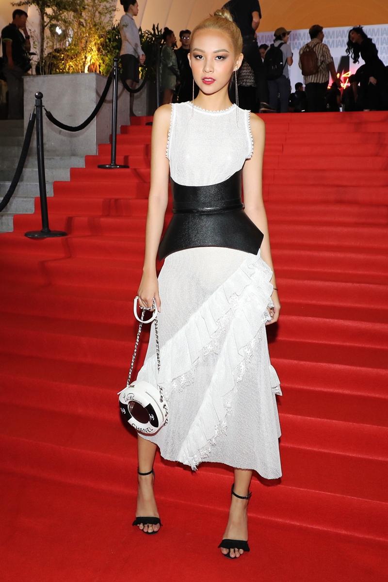 Phí Phương Anh diện đầm trắng không tay với đai lưng to bản.