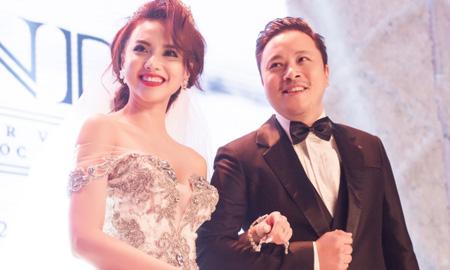 Đạo diễn Victor Vũ và diễn viên Đinh Ngọc Diệp chào đón con trai đầu lòng
