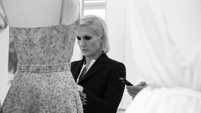 NTK Maria Grazia Chiuri - Giám đốc Sáng tạo đương nhiệm của Dior. Bà là Giám đốc Sáng tạo nữ đầu tiên tại Dior với những thiết kế mang thông điệp nữ quyền được đón nhận khắp mọi nơi trên thế giới.