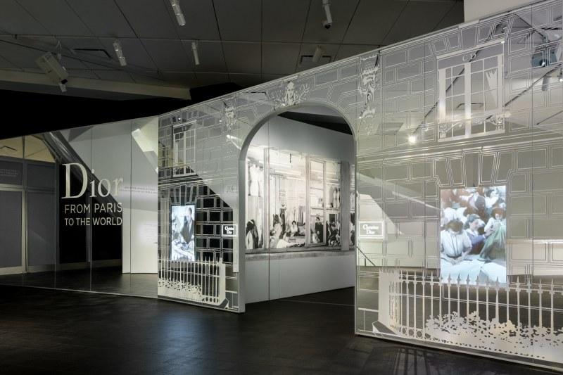"""Không gian triển lãm """"Dior: From Paris to the World"""""""