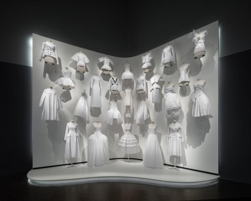 Khởi đầu của các thiết kế couture tại Dior luôn là những tấm toile màu trắng.