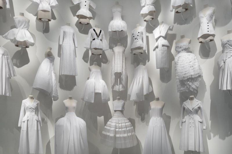 Qua những tấm toile này, mọi người bắt đầu mường tượng được về những bộ váy sang trọng và thanh lịch.
