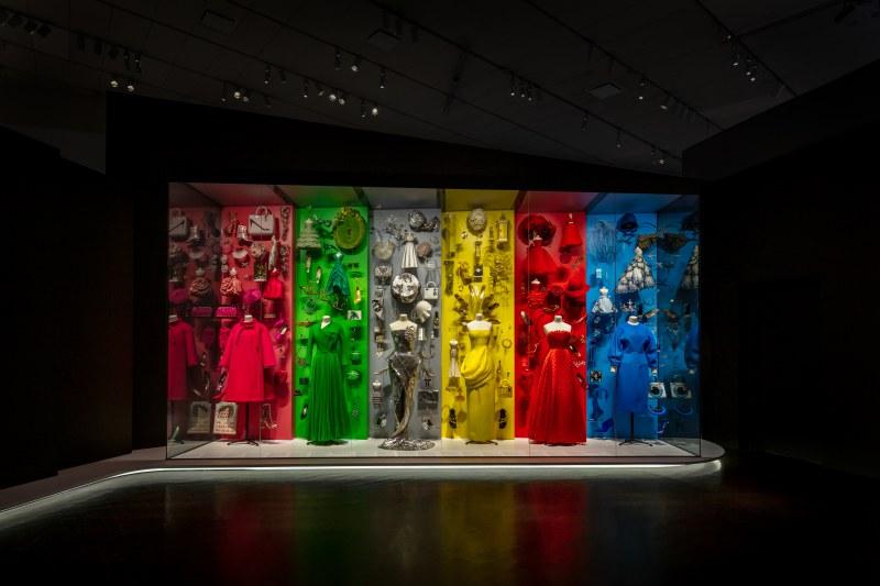 Một trong những không gian trưng bày vô cùng ấn tượng tại triển lãm với sự kết hợp trang phục haute couture cùng những món phụ kiện và sản phẩm nước hoa, làm đẹp của Dior theo các màu sắc nổi bật.