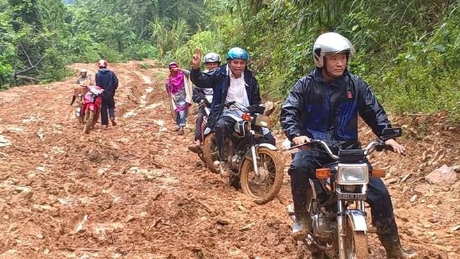 Thầy Hiệp (ngoài cùng, bên phải), cùng các đồng nghiệp trên đường đến trường. (Ảnh: NVCC)