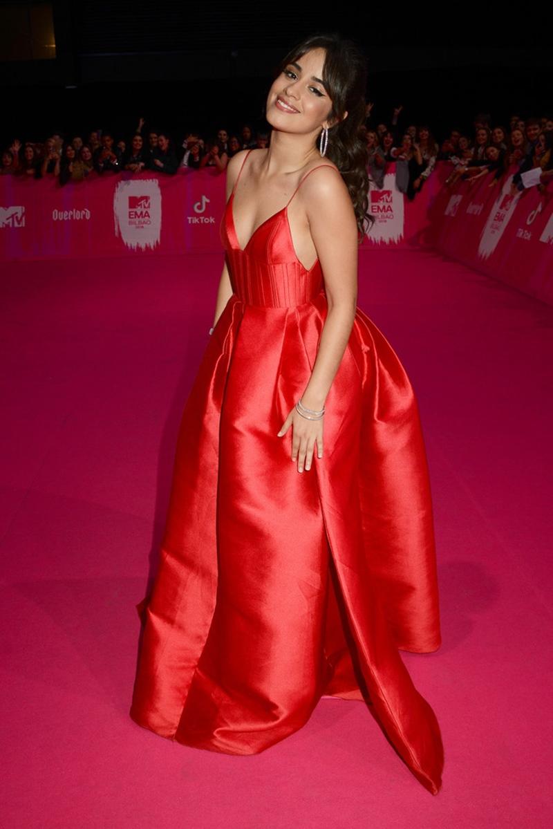Camila Cabello diện đầm đỏ xinh xắn và nổi bật của Alex Perry.