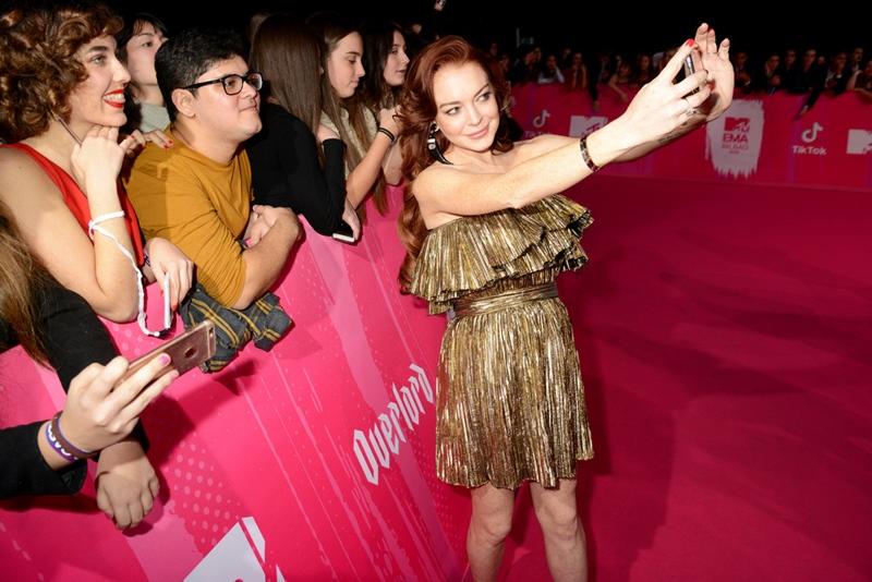 """Mọi người biết đến Lindsay Lohan còn với danh hiệu """"nữ hoàng rắc rối"""" khi cô thường xuyên vướng vào vòng lao lý bởi nhiều lần gây tai nạn giao thông."""
