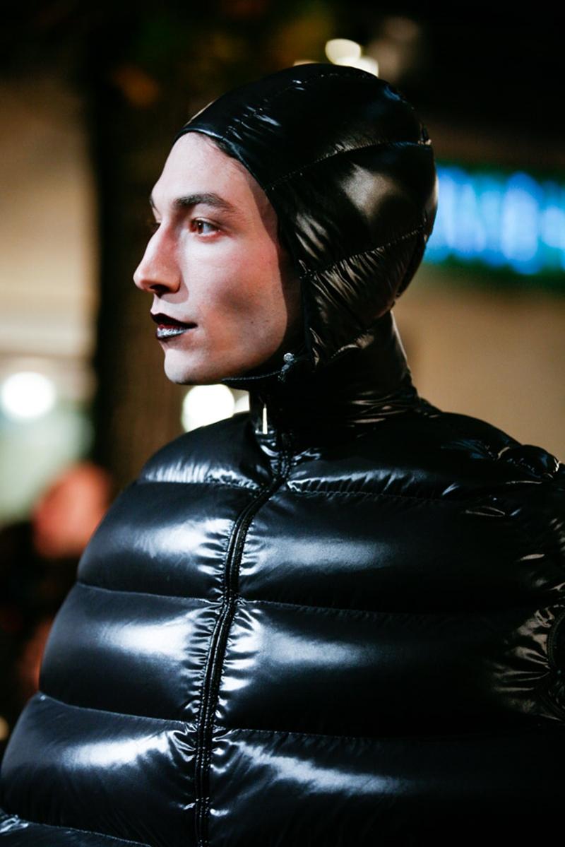 Sở hữu gương mặt góc cạnh tuyệt đẹp, Ezra Miller khẳng định gu thời trang độc nhất vô nhị của mình với những lựa chọn đặc sắc.