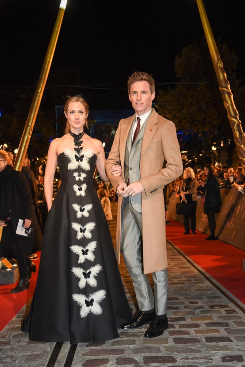 Eddie Redmayne lịch lãm trong trang phục của Alexander McQueen. Anh dự sự kiện cùng bà xã Hannah Bagshawe diện thiết kế của Dior Couture.