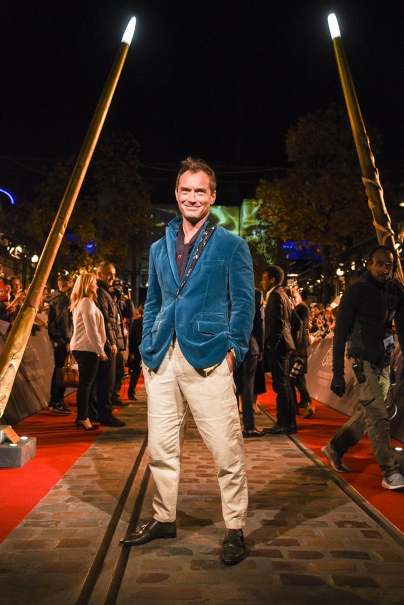 Tài tử người Anh Jude Law mặc áo blazer nhung cùng quần màu kem với phong cách smart-casual cho sự kiện công chiếu phim.