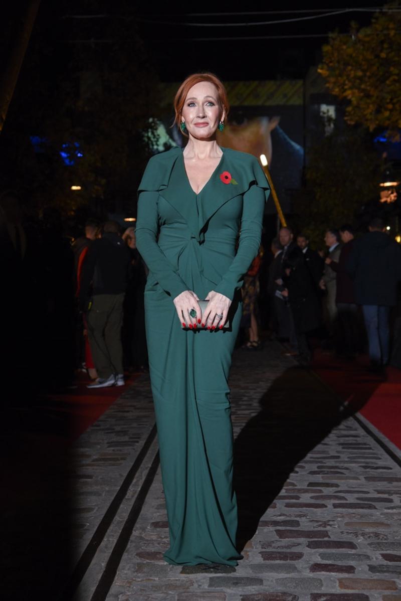 Tác giả J.K.Rowling cũng có mặt tại sự kiện này. Bà mặc đầm dài màu xanh ngọc sang trọng và quý phái.