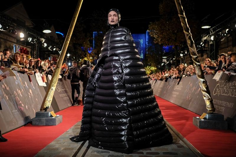 """Ezra Miller trở thành tâm điểm của mọi sự chú ý khi xuất hiện trong sự kiện ra mắt phim """"Fantastic Beasts: The Crimes Of Grindelwald"""" ở Paris."""