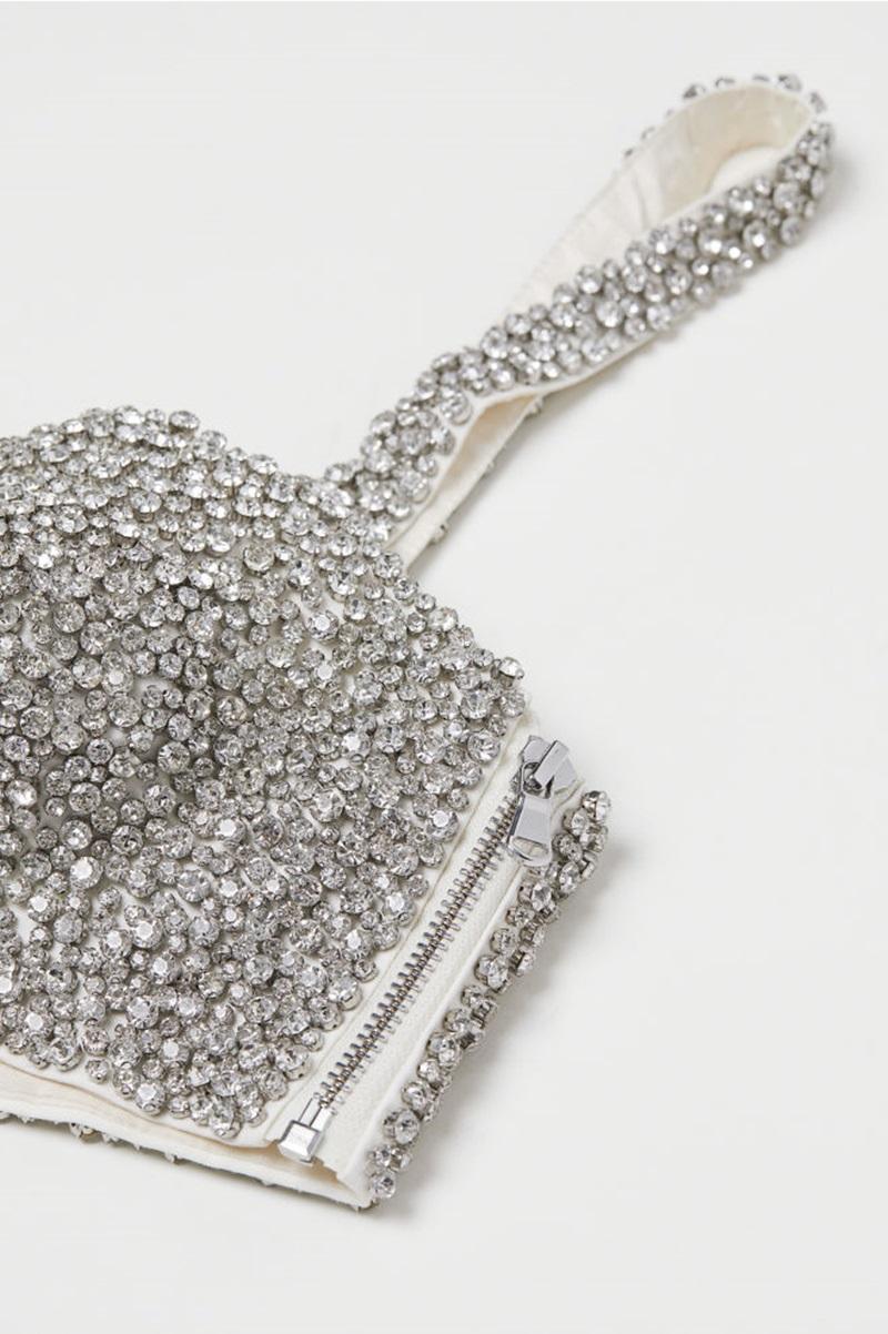 Những viên đá mặt cắt kim cương được đính dày đặc trên mẫu thiết kế.