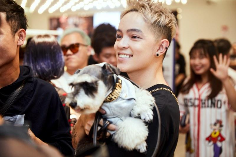 Kelbin Lei tham dự buổi tiệc VIP cùng chú cún cưng của mình. Cún cưng của Kelbin cũng mặc thiết kế trong BST Moschino [tv] H&M.