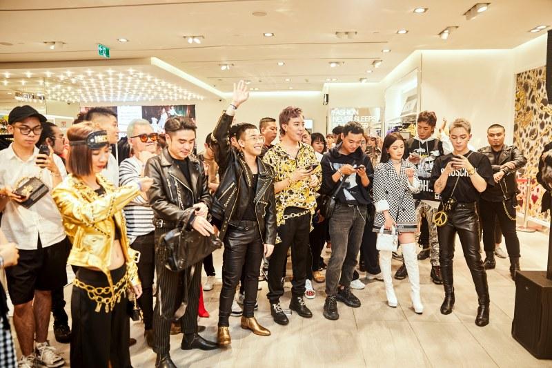 Mọi người rất hào hứng trước giờ G - bắt đầu vào mua sắm BST Moschino [tv] H&M theo từng nhóm.