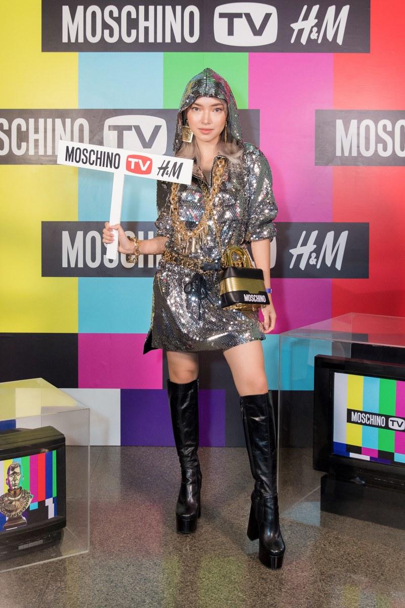 Cô mặc một thiết kế đính sequin lấp lánh ánh bạc cùng phụ kiện mạ vàng nổi bật trong BST Moschino [tv] H&M.