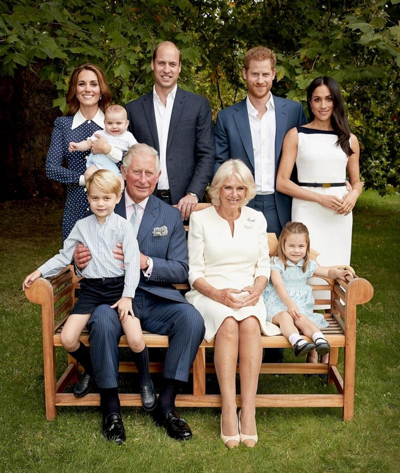 """Vẻ như, gia đình Hoàng gia vẫn mang chung """"nỗi khổ"""" như nhiều gia đình khác khi chụp hình với trẻ con. Có lẽ, nhiếp ảnh gia Chris Jackson cũng tốn không ít công sức để có một bức ảnh nghiêm túc nhất có thể."""