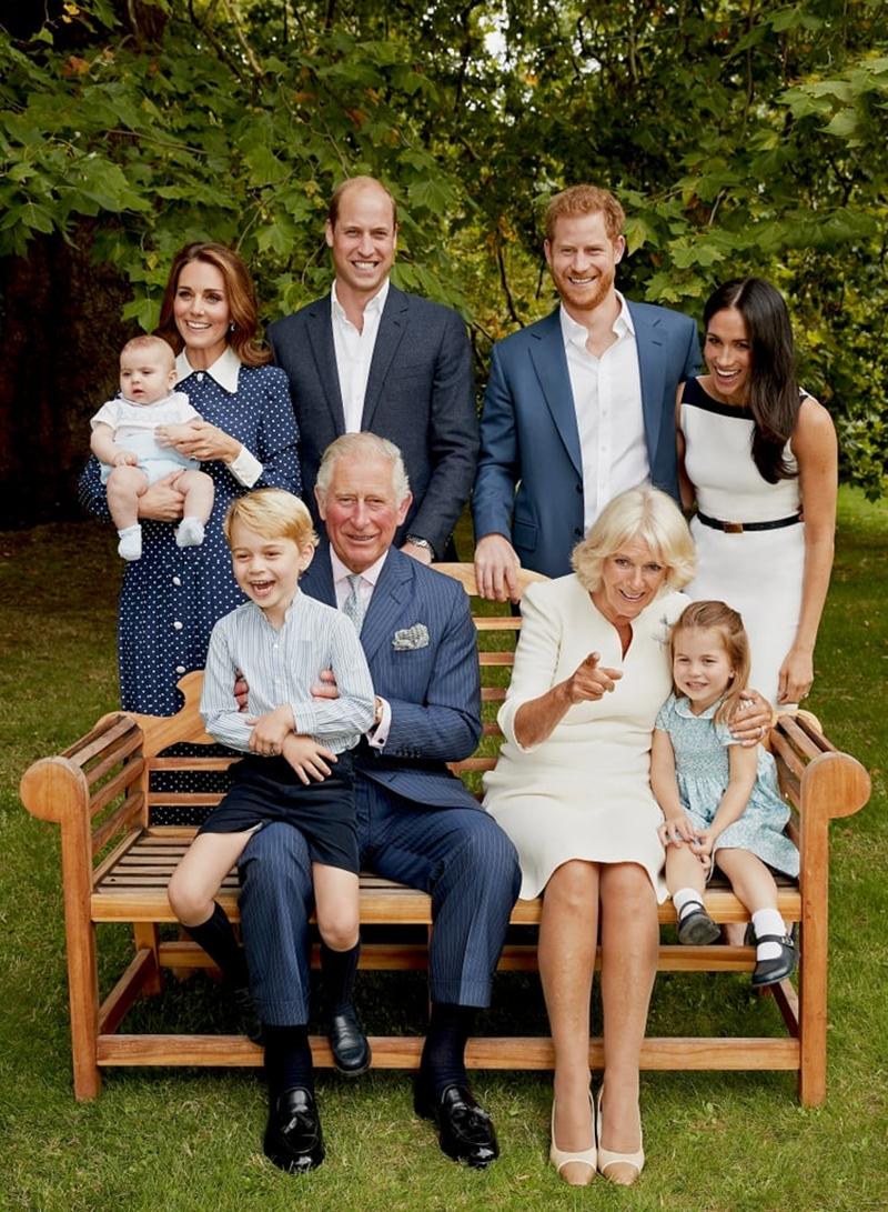 Trong hai bức ảnh được Hoàng gia Anh chia sẻ lại, nhiều người không khỏi bật cười trước biểu cảm đáng yêu của các Hoàng tử và Công chúa nhí. Cả Hoàng tử Geogre, Louis và Công chúa Charlotte đều rất hớn hở nhưng lại nhìn đâu đó ngoài ống kính
