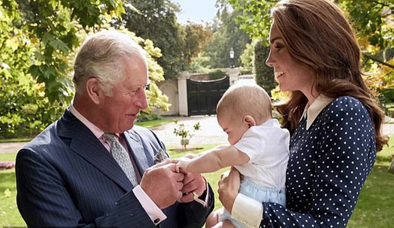 Trước đó, The Sun cũng tiết lộ một bức ảnh mới của Hoàng tử nhí Louis nằm trong bộ phim tài liệu của đài BBC mừng sinh nhật Thái tử Charles. Dù chỉ là khoảnh khắc Hoàng tử Louis bụ bẫm, nắm lấy tay ông nội nhưng khiến người hâm mộ vô cùng phấn khích. Bởi kể từ ngày lễ rửa tội diễn ra vào tháng 7, Hoàng gia Anh không tiết lộ thông tin gì của Hoàng tử út.