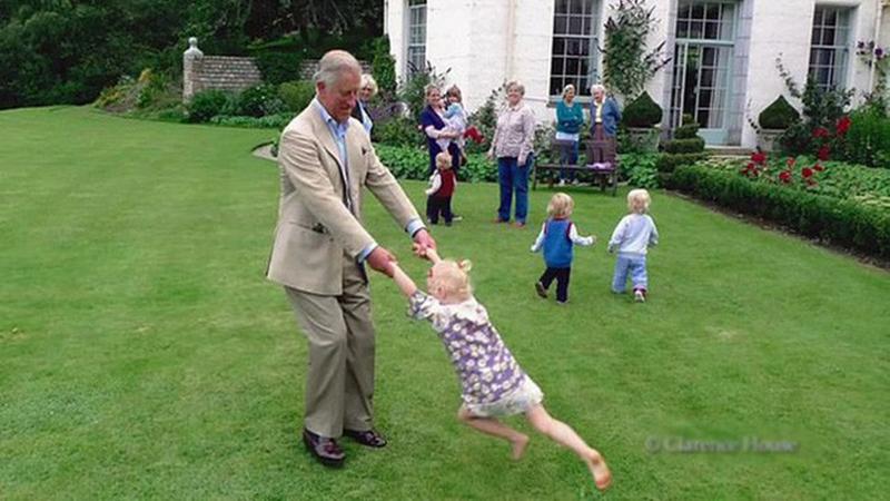"""Đối với cháu riêng của vợ, Thái tử Charles cũng rất yêu thương. bà Camilla mô tả Charles là một người ông rất tuyệt đối với 8 đứa cháu, gồm 5 cháu riêng của Camilla và 3 con của vợ chồng William - Kate. """"Ông ấy sẽ quỳ xuống và bò về phía chúng, sẵn sàng chơi trò đó trong hàng tiếng đồng hồ và luôn tìm cách tạo ra những tiếng cười vui nhộn. Cháu của tôi rất thích Charles và tuyệt đối tôn thờ ông ấy. Charles hay đọc Harry Potter cho chúng nghe và có thể nói giọng riêng của từng nhân vật. Tôi nghĩ rằng bọn trẻ thực sự đánh giá cao điều đó"""", bà Camilla cho hay."""