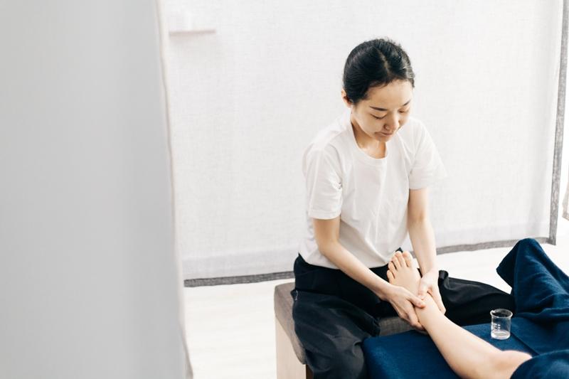 massage trị liệu cho chân suy giãn tĩnh mạch hay sưng phù chân, đây là một trong những liệu trình đặc biệt của IMAI AMI Spa.