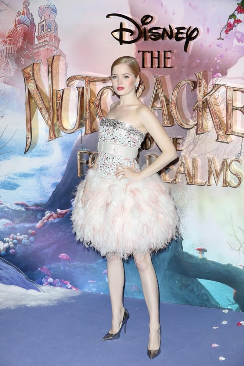 Diễn viên trẻ người Anh Ellie Bamber khoác lên mình thiết kế couture từ Chanel phối cùng giày Anouk của Jimmy Choo.