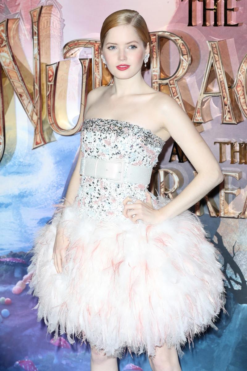 """Trang sức từ BST Fine Jewellery """"Plume de Chanel"""" của Chanel tạo điểm nhấn hoàn hảo cho tổng thể trang phục của Ellie Bamber."""