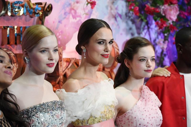 """Ba nữ diễn viên (từ trái qua) Ellie Bamber, Keira Knightley và Mackenzie Foy đẹp như """"tiên nữ"""" trong những bộ trang phục tuyệt đẹp."""