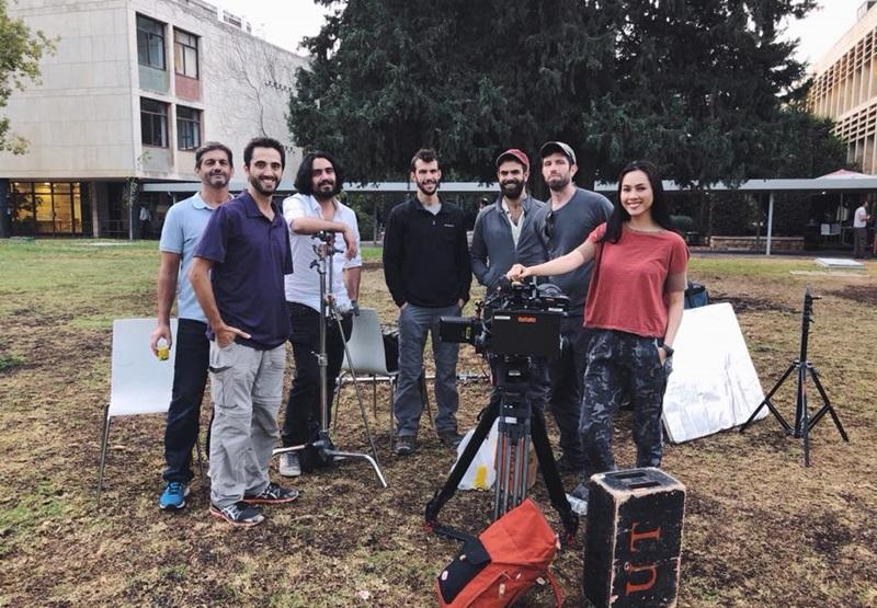 Hoàng My và các chàng trai ekip của cô tại Israel đang thực hiện việc ghi hình cho dự án Giải mã trí thông minh người Do Thái.