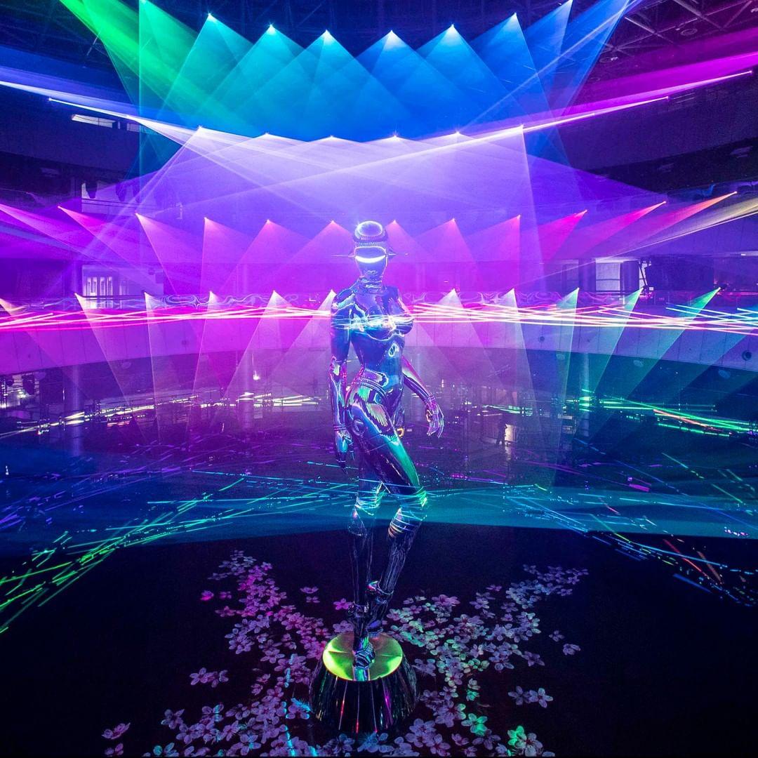 Bức tượng nữ robot với những đường cong hoàn mỹ tái hiện lại tinh thần tôn vinh vẻ đẹp phụ nữ của nhà sáng lập Christian Dior.