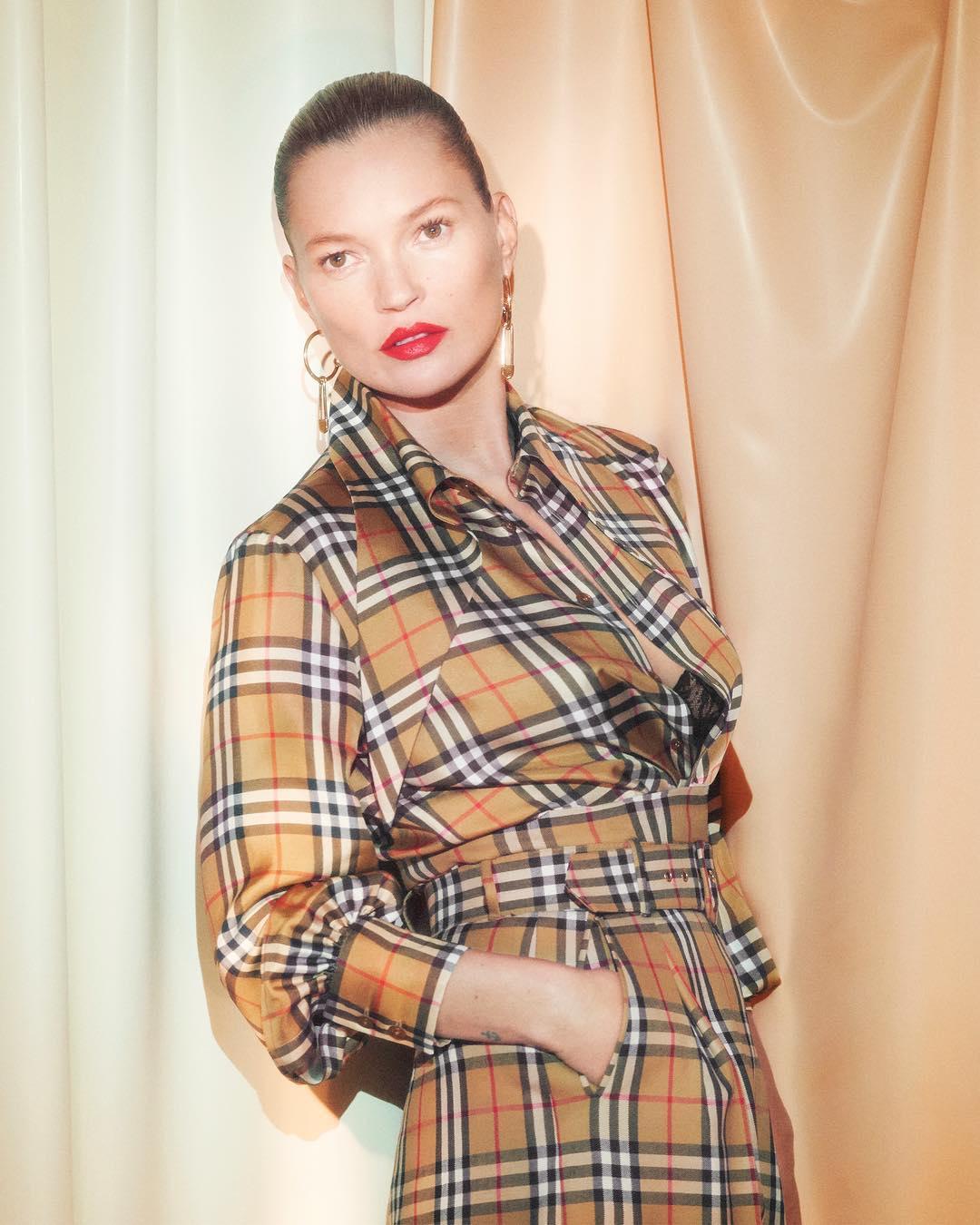 Kate Moss trong thiết kế hợp tác giữa Burberry và Vivienne Westwood.