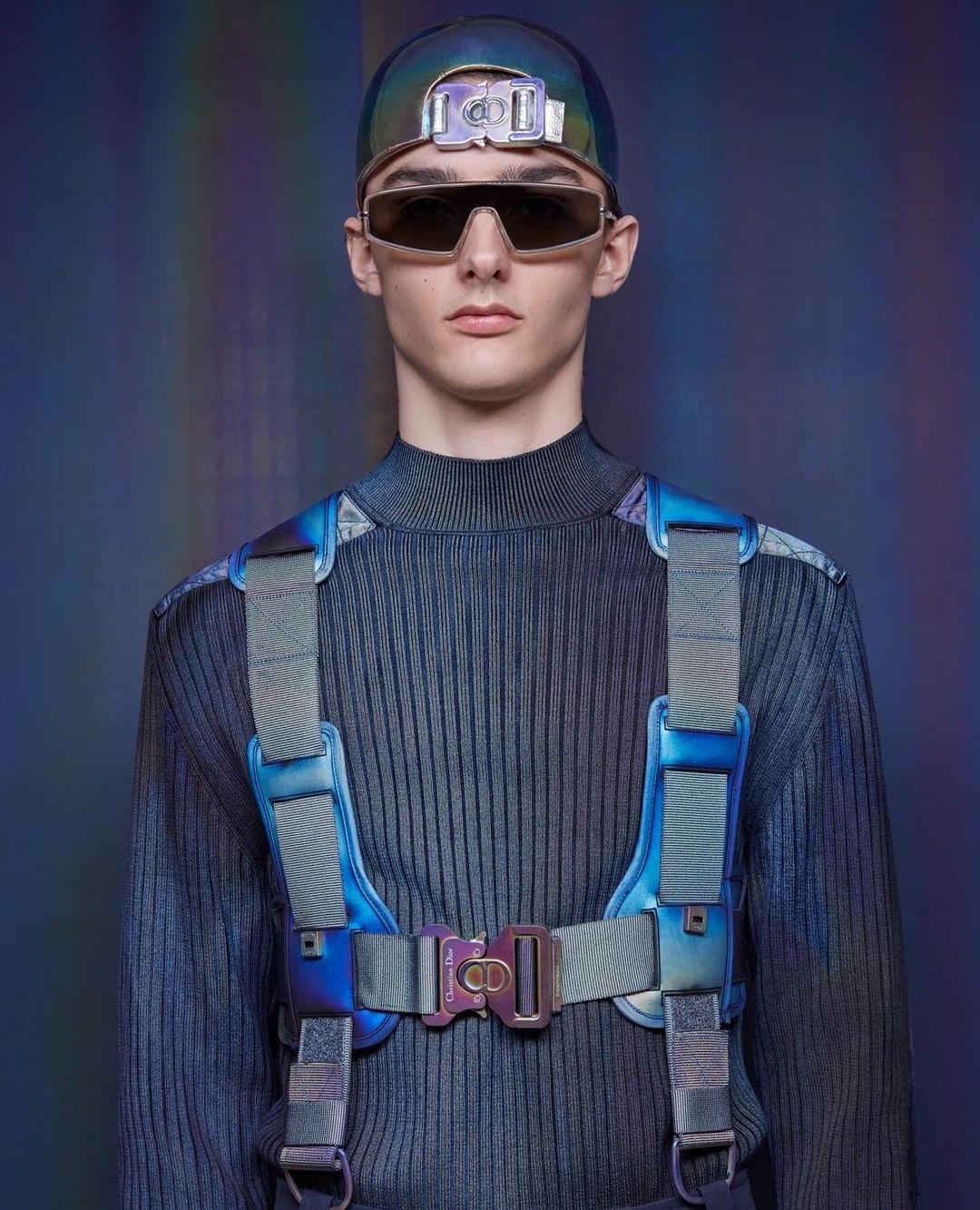NTK mũ Stephen Jones đình đám từ nước Anh mang đến những thiết kế mũ bóng chày khỏe khoắn, năng động được sáng tạo dựa trên những biểu tượng của Dior Homme.