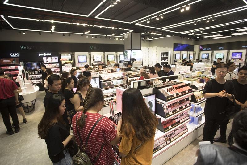 Không khí mua sắm tấp nập trong ngày khai trương cửa hàng.