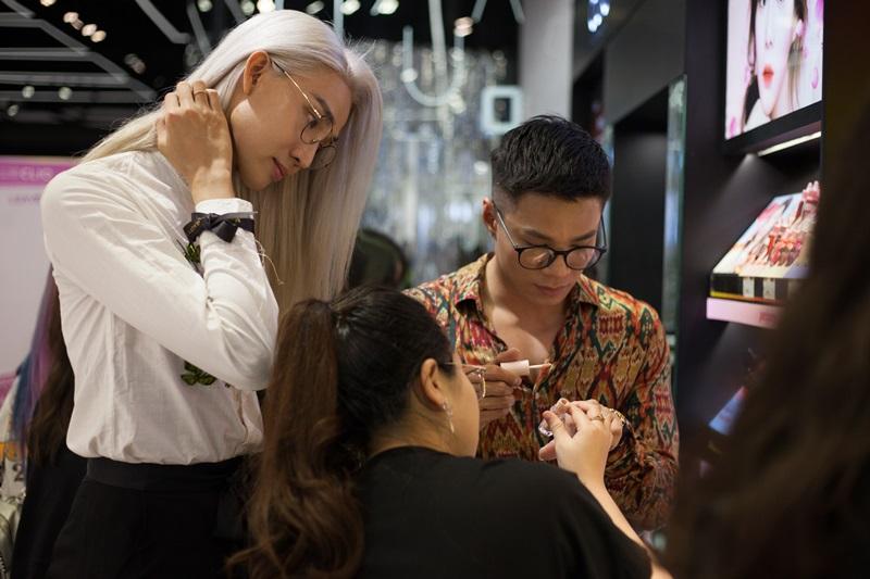 Vốn là một make-up artist và beauty blogger, Mid Nguyễn – gương mặt nổi bật của team Thanh Hằng trong mùa The Face năm nay hào hứng với các thương hiệu Hàn Quốc nổi tiếng, đặc biệt là các dòng sản phẩm thiên về makeup unisex với nhiều công dụng và mức giá khác nhau.