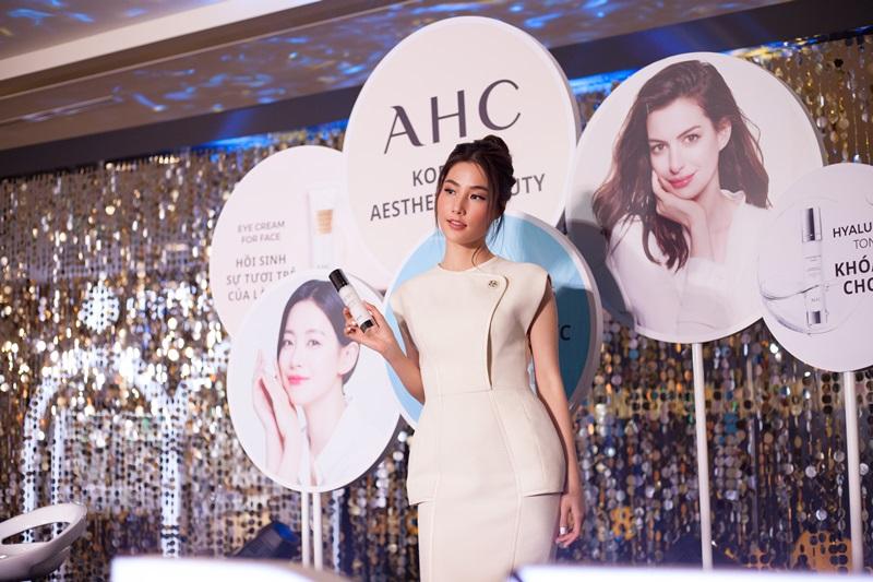 Trong khi đó, Diễm My 9X lại đặc biệt yêu thích thương hiệu AHC – thương hiệu chăm sóc da chuyên nghiệp hàng đầu từ Hàn Quốc nay đã được phân phối chính hãng tại Việt Nam.